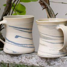 blau marmorierte Tassen